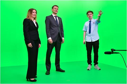 学而思网校创新地将绿幕抠像技术应用于教育教学中,自主研发动画合成