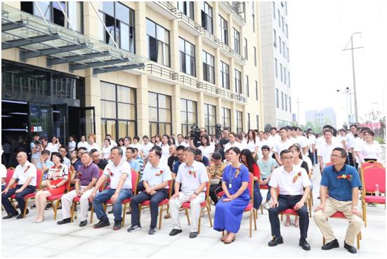 上午10:16,在荣电集团副总裁宋越峰的主持下3u智慧生态产业中心开业