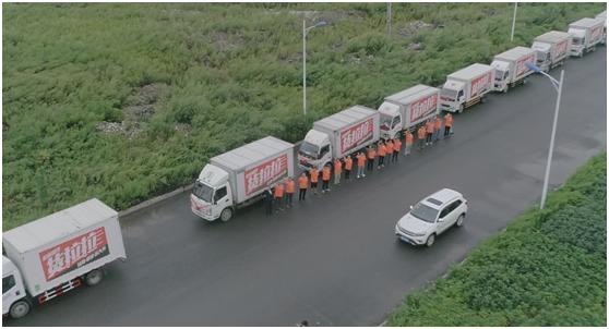 最牛的婚车_18辆货车变身婚车货拉拉司机组最牛迎亲车队
